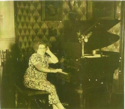 Trina se ve de frente al piano (madura)
